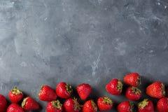 Φράουλα Φρέσκια φράουλα στο σκοτεινό υπόβαθρο Κόκκινη φράουλα Αόριστα τοποθετημένες φράουλες στις διαφορετικές θέσεις Στοκ φωτογραφίες με δικαίωμα ελεύθερης χρήσης