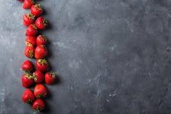 Φράουλα Φρέσκια φράουλα στο σκοτεινό υπόβαθρο Κόκκινη φράουλα Αόριστα τοποθετημένες φράουλες στις διαφορετικές θέσεις Στοκ φωτογραφία με δικαίωμα ελεύθερης χρήσης