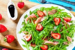 Φράουλα, arugula, σαλάτα prosciutto σε ένα άσπρο πιάτο Στοκ εικόνες με δικαίωμα ελεύθερης χρήσης