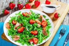 Φράουλα, arugula, σαλάτα prosciutto σε ένα άσπρο πιάτο Στοκ φωτογραφία με δικαίωμα ελεύθερης χρήσης