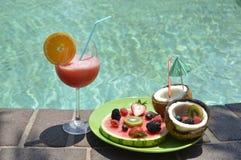 Φράουλα coctail με τα φρούτα Στοκ εικόνες με δικαίωμα ελεύθερης χρήσης