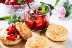 Φράουλα shortcake με την κρέμα Στοκ Φωτογραφία
