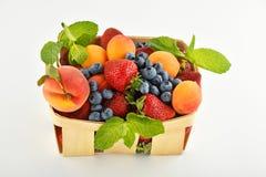 Φράουλες, βερίκοκα, βακκίνια, ροδάκινο στο καλάθι που απομονώνεται επάνω Στοκ Φωτογραφία