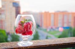 φράουλες γυαλιού Υπόβαθρο Στοκ Εικόνες