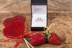 Φράουλες, διαμορφωμένα καρδιά καραμέλες και δαχτυλίδι διαμαντιών Στοκ εικόνα με δικαίωμα ελεύθερης χρήσης