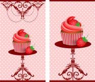 Φράουλες κέικ φλυτζανιών ελεύθερη απεικόνιση δικαιώματος