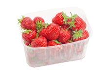 Φράουλες κήπων στο πλαστικό εμπορευματοκιβώτιο Στοκ φωτογραφία με δικαίωμα ελεύθερης χρήσης