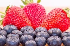 Φράουλες και βακκίνια στοκ φωτογραφίες με δικαίωμα ελεύθερης χρήσης