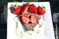 Φράουλες και κέικ σοκολάτας Στοκ Εικόνες