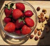 Φράουλες και καρύδια Στοκ Φωτογραφίες