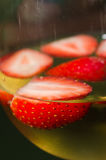 Φράουλες και κινηματογράφηση σε πρώτο πλάνο κρασιού Στοκ Εικόνα