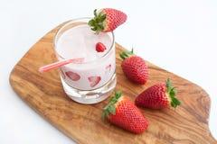 Φράουλες και κοκτέιλ Στοκ φωτογραφία με δικαίωμα ελεύθερης χρήσης