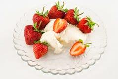 Φράουλες και κρέμα Στοκ εικόνα με δικαίωμα ελεύθερης χρήσης