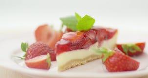 Φράουλες και φέτα του κέικ απόθεμα βίντεο