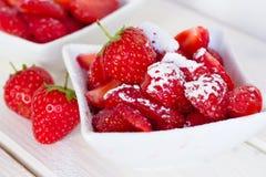 Φράουλες με τη ζάχαρη Στοκ εικόνα με δικαίωμα ελεύθερης χρήσης