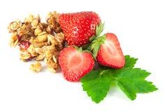 Φράουλες με το φύλλο και ψημένα τα μέλι χοντρά κομμάτια δημητριακών Στοκ εικόνα με δικαίωμα ελεύθερης χρήσης