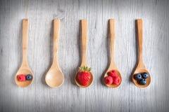 Φράουλες, μούρα και σμέουρα στον αγροτικό ξύλινο πίνακα Στοκ φωτογραφίες με δικαίωμα ελεύθερης χρήσης