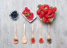 Φράουλες, μούρα και σμέουρα στον αγροτικό ξύλινο πίνακα Στοκ Εικόνα