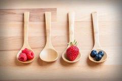 Φράουλες, μούρα και σμέουρα στον αγροτικό ξύλινο πίνακα Στοκ εικόνες με δικαίωμα ελεύθερης χρήσης