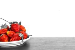 Φράουλες πάτωμα και λευκό που απομονώνεται στο ξύλινο στοκ φωτογραφία με δικαίωμα ελεύθερης χρήσης