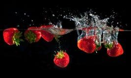 Φράουλες που καταβρέχουν στο ύδωρ Στοκ φωτογραφία με δικαίωμα ελεύθερης χρήσης