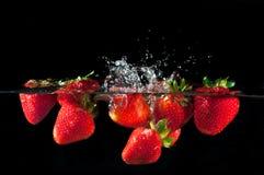 Φράουλες που καταβρέχουν στο ύδωρ Στοκ Φωτογραφία