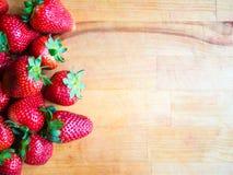 Φράουλες σε έναν ξύλινο πίνακα με το κενό διάστημα Στοκ Φωτογραφίες