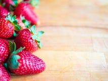Φράουλες σε έναν ξύλινο πίνακα με το κενό διάστημα Στοκ Φωτογραφία