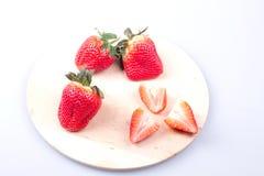 Φράουλες σε έναν τέμνοντα πίνακα Στοκ Εικόνα