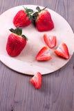 Φράουλες σε έναν τέμνοντα πίνακα Στοκ Φωτογραφία