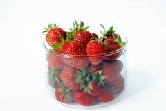 Φράουλες σε ένα γυαλί σε ένα άσπρο υπόβαθρο Πλάγια όψη Στοκ φωτογραφία με δικαίωμα ελεύθερης χρήσης