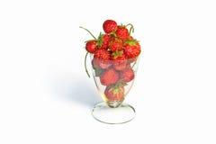Φράουλες σε ένα γυαλί στο λευκό Στοκ Φωτογραφίες