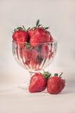 Φράουλες σε ένα εκλεκτής ποιότητας γυαλί Στοκ φωτογραφία με δικαίωμα ελεύθερης χρήσης