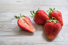 Φράουλες σε ένα ελαφρύ ξύλινο υπόβαθρο Στοκ Εικόνα