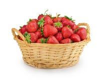 Φράουλες σε ένα καλάθι που απομονώνεται Στοκ Φωτογραφίες