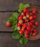 Φράουλες σε ένα κύπελλο αργίλου Στοκ Φωτογραφία