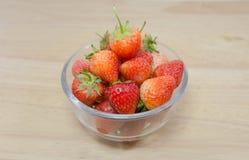 Φράουλες σε ένα κύπελλο με το υπόβαθρο Στοκ Εικόνα