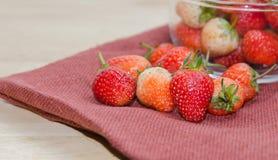 Φράουλες σε ένα κύπελλο Στοκ φωτογραφία με δικαίωμα ελεύθερης χρήσης