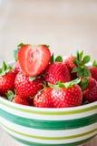 Φράουλες σε ένα κύπελλο Στοκ εικόνες με δικαίωμα ελεύθερης χρήσης