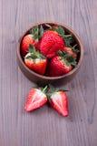 Φράουλες σε ένα ξύλινο κύπελλο Στοκ εικόνα με δικαίωμα ελεύθερης χρήσης