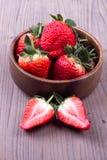Φράουλες σε ένα ξύλινο κύπελλο Στοκ φωτογραφία με δικαίωμα ελεύθερης χρήσης