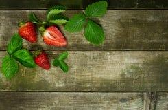 Φράουλες σε ένα ξύλινο υπόβαθρο Στοκ εικόνες με δικαίωμα ελεύθερης χρήσης