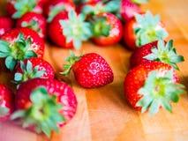 Φράουλες σε ένα ξύλινο χαρτόνι Στοκ Εικόνες