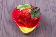 Φράουλες σε ένα πιάτο Στοκ εικόνες με δικαίωμα ελεύθερης χρήσης