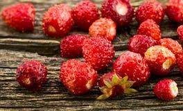Φράουλες σε ένα υπόβαθρο του παλαιού πίνακα Στοκ Φωτογραφία