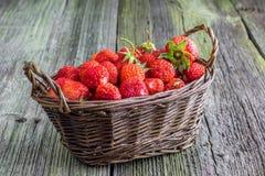 Φράουλες σε ένα ψάθινο καλάθι Στοκ φωτογραφία με δικαίωμα ελεύθερης χρήσης