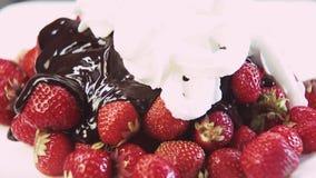 Φράουλες στη σοκολάτα και την κτυπημένη κρέμα απόθεμα βίντεο