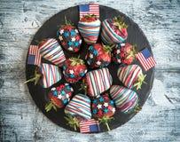 Φράουλες στη σοκολάτα με τη διακόσμηση αμερικανικών σημαιών Στοκ Εικόνες