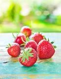 Φράουλες στον εκλεκτής ποιότητας ξύλινο μπλε πίνακα στον κήπο στοκ φωτογραφίες με δικαίωμα ελεύθερης χρήσης