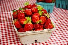 Φράουλες στον πίνακα στο εμπορευματοκιβώτιο Στοκ εικόνες με δικαίωμα ελεύθερης χρήσης